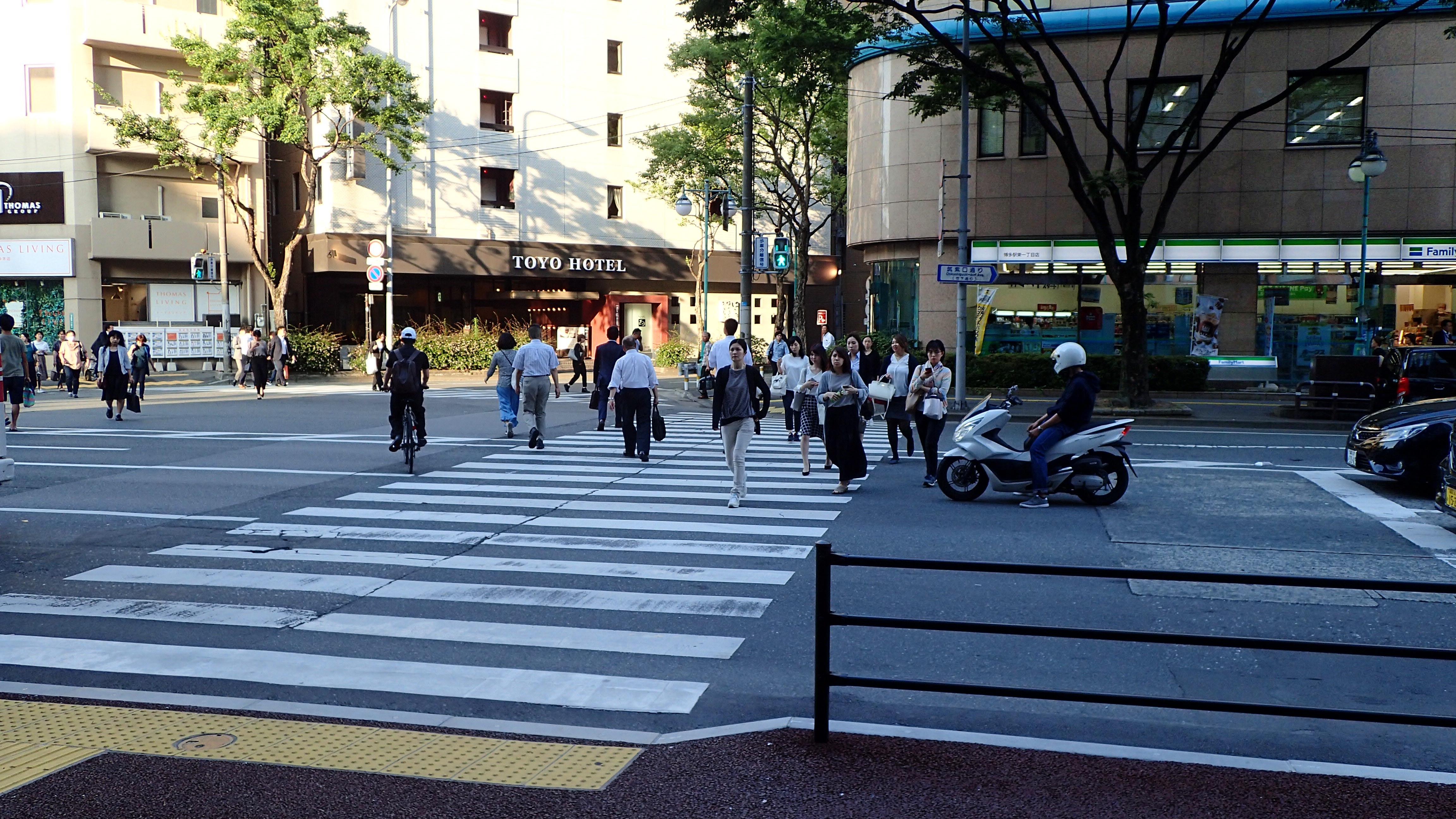 交番を左手に見ながら通り過ぎ、そのまま直進